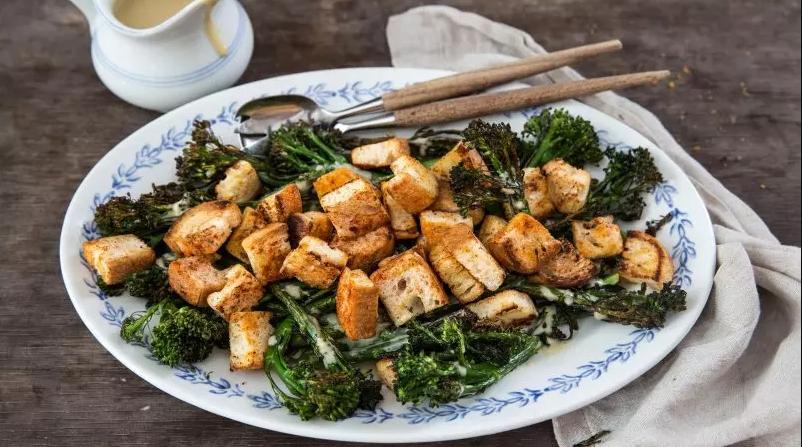 Salata od brokolija sa začinjenim krutonima
