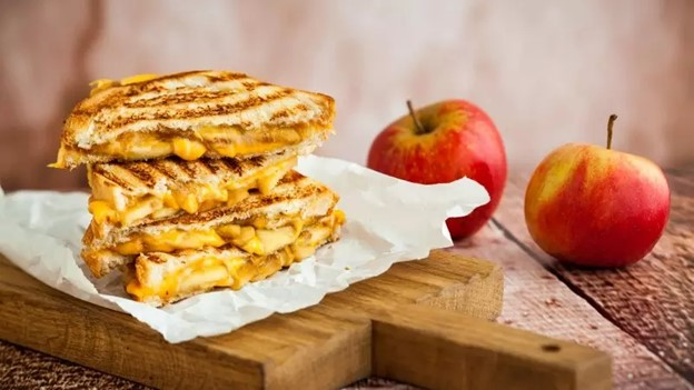 Tost sa karamelizovanim lukom, jabukom i  čedar sirom